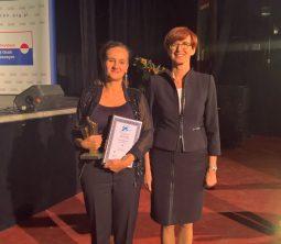 """Minister Elżbieta Rafalska i Agata Gawska ze statuetką """"Lidera 25-lecia"""""""