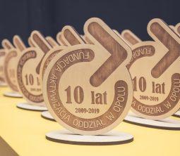 Zdjęcie przedstawia statuetkę z logiem Fundacji Aktywizacja przygotowaną z okazji 10-lecia Oddziału w Opolu