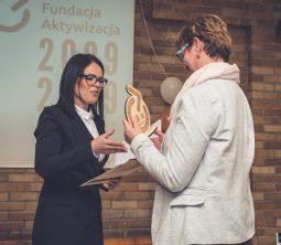 Dyrektorka Oddziału w Opolu wręcza nagrodę zaprzyjaźnionej instytucji