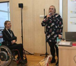 Magdalena Bobrowska wita przybyłych gości. W ręku trzyma mikrofon