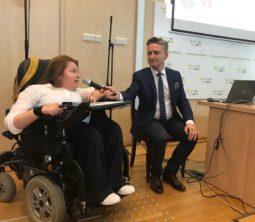 Anna Drabaż - osoba siedząca na wózku rozmawia z Prezesem Fundacji